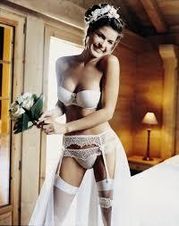Milyen melltartó szükséges a menyasszonyi ruha alá?